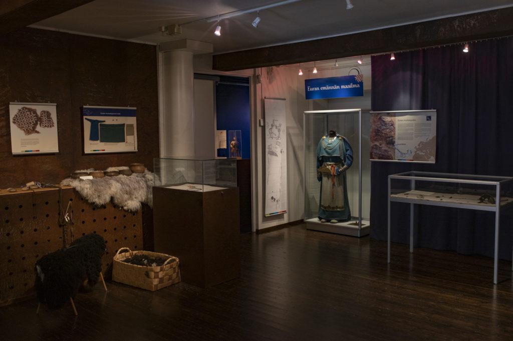 Naurava lohikäärmeen ensimmäinen näyttelyhuone - Euran emännän maailma