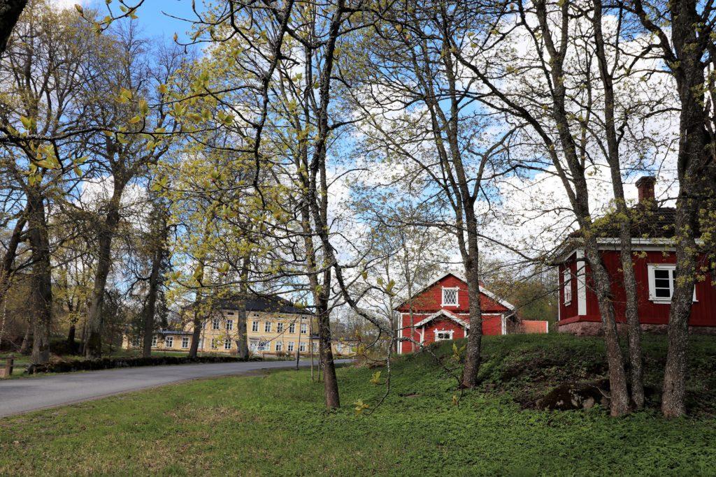 Kauttuan Ruukinpuiston rakennuksia keväisessä maisemassa.