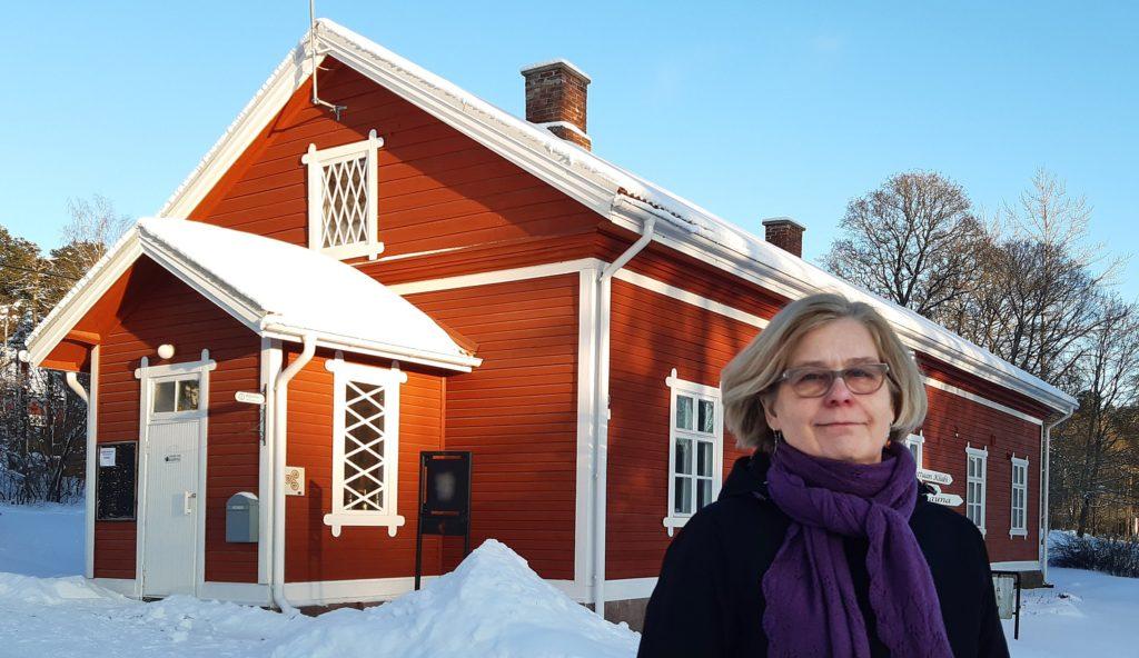 Rakennustutkija Liisa Nummelin talvisessa maisemassa Kyöpelin edustalla.