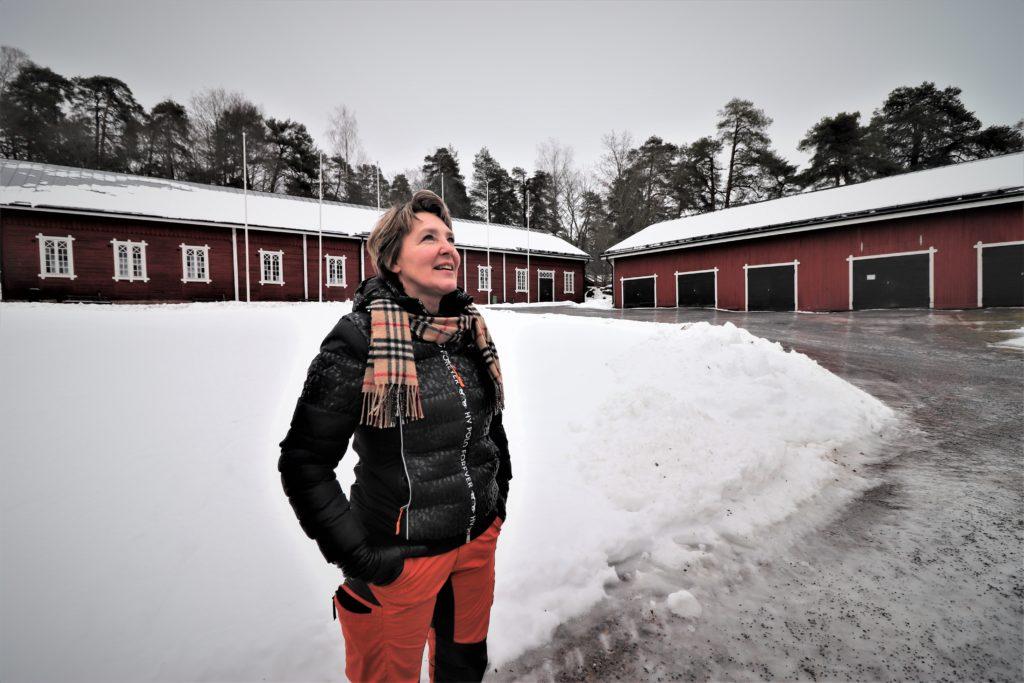 Hankekoordinaattori Sari Lehtimäki-Kataja talvisessa maisemassa Ruukinpuiston Tallinmäellä.