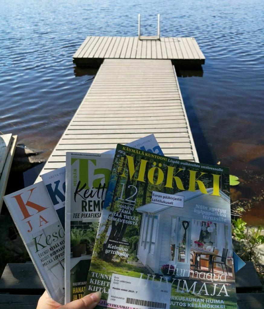 Laituri ja järvi sekä kesäisiä aikakauslehtiä.